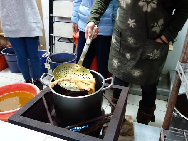 染煮中,這是洋蔥皮初下鍋煮的顏色@鳳林鎮花手巾工坊