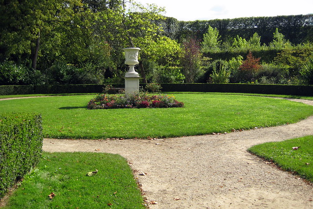 versailles jardins du ch teau de versailles le jardin du roi vase de marbre d cor. Black Bedroom Furniture Sets. Home Design Ideas