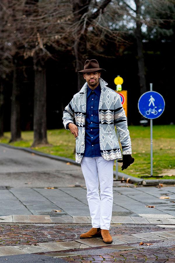 ブラウンハット×グレーブランケットコート×青シャツ×白パンツ×キャメルスエードサイドゴアブーツ