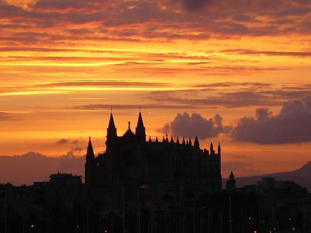 Sunrise over Palma Cathedral, Mallorca - Flickr CC vix_b