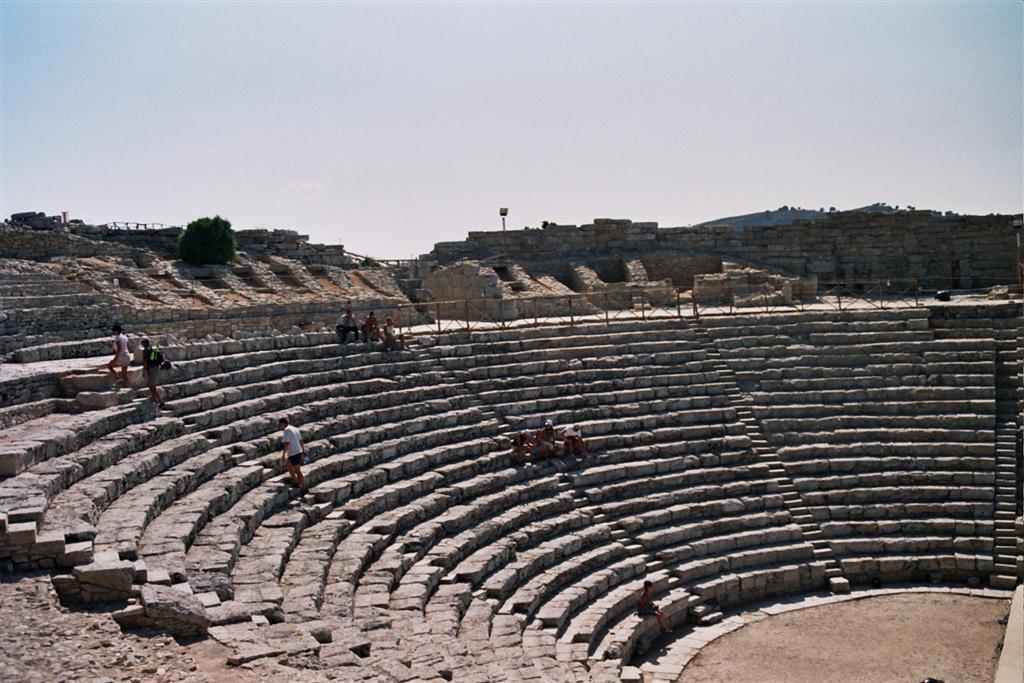 Teatro Semicircular de Segesta, en lo alto de la colina, ofrece unas vistas inigualables a la campiña Siciliana y al mar mediterráneo templo de segesta - 2512773583 6255f51c64 o - Templo de Segesta en Sicilia, el templo de los fugitivos de Troya