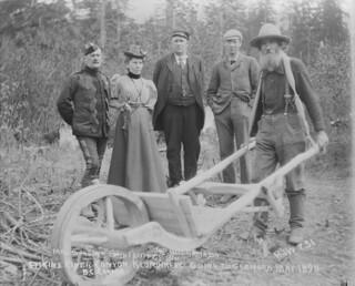 Klondikers going to Glenora, British Columbia / Chercheurs d'or au Klondike se dirigeant vers Glenora (Colombie-Britannique)