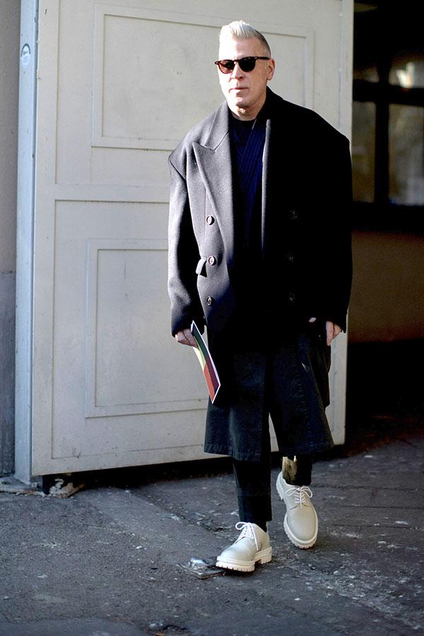 黒ダブルブレストチェスターコート×紺はんてんジャケット×黒パンツ×ライトグレーダービーシューズ