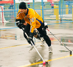 roller hockey(0.0), roller in-line hockey(0.0), stick and ball games(1.0), ball hockey(1.0), sports(1.0), street sports(1.0), team sport(1.0), hockey(1.0), player(1.0), ball game(1.0), athlete(1.0),