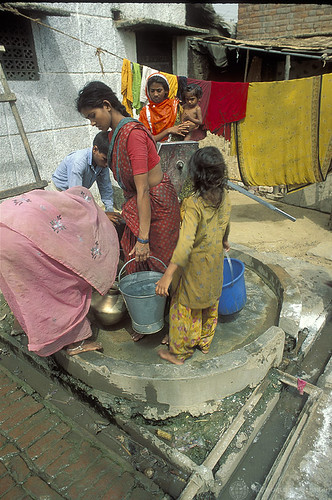 Mujeres en India recogen agua. © Curt Carnemark / World Bank