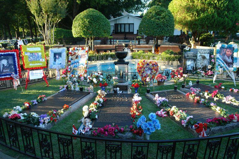 El Jardín de la Meditación fue construido entre 1964-1965 por Elvis como un lugar para la contemplación y la meditación. elvis presley - 2527858031 352f4e7d38 o - Elvis Presley, 35 años después sigue siendo el Rey