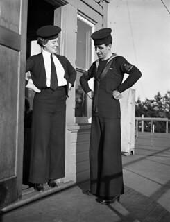 Signalers of the Women's Royal Canadian Naval Service (WRCNS) and Royal Canadian Navy (RCN)... / Spécialistes des transmissions du Service féminin de la Marine royale du Canada (SFMRC) et de la Marine royale canadienne (MRC)...