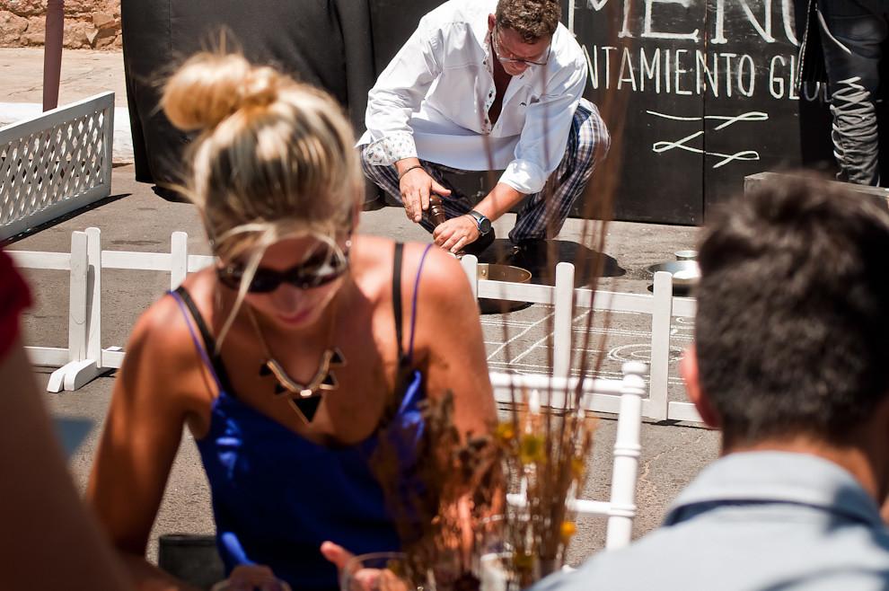 El famoso chef Rodolfo Angenscheidt cocinó bajo el ardiente sol durante casi 2 horas, mientras los comensales iban y venían, algunos se servían dos platos diferentes por la calidad de trabajo del chef. En esa jornada se confundía la satisfacción del paladar con los platos ofrecidos y la frustración de darnos cuenta de que estamos dejando morir a nuestros bosques. (Elton Núñez)