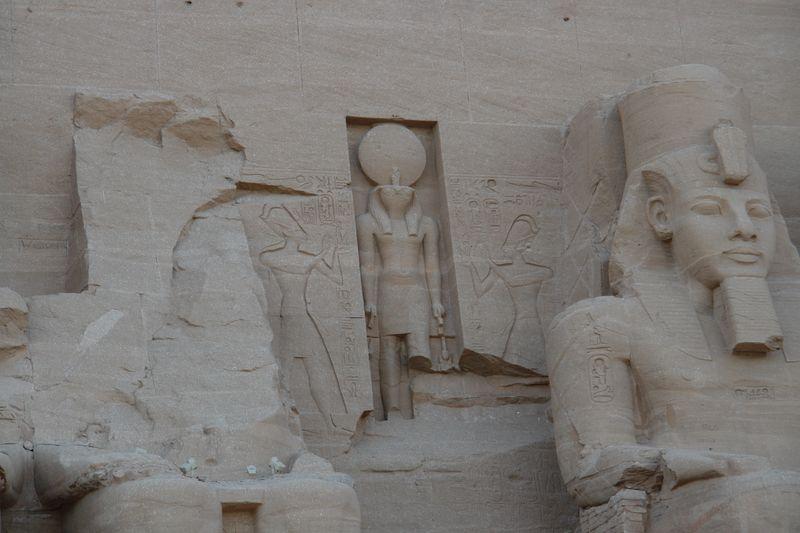 Amon-Ra, Dios del sol, gobernando la entrada entre los colosos. Abu Simbel, el templo de las dos vidas - 2473746819 f7ed83a9b2 o - Abu Simbel, el templo de las dos vidas