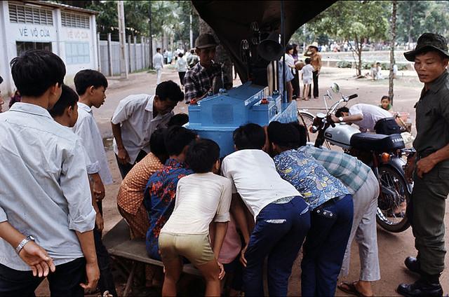 Saigon 1972 - Photo by Bruno Barbey - Xem chiếu phim dạo trong Sở Thú