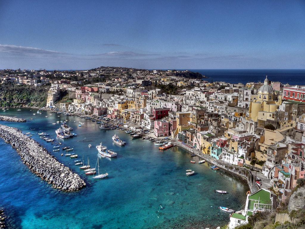Vue sur l'ïle de Procida au large de Naples - Photo de Porfirio