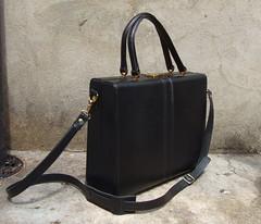 brown(0.0), bag(1.0), handbag(1.0), hand luggage(1.0), leather(1.0), baggage(1.0),