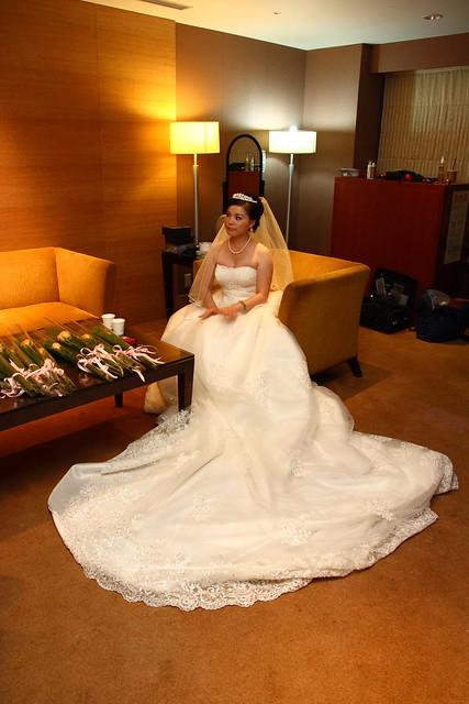 等捧花等手套的新娘