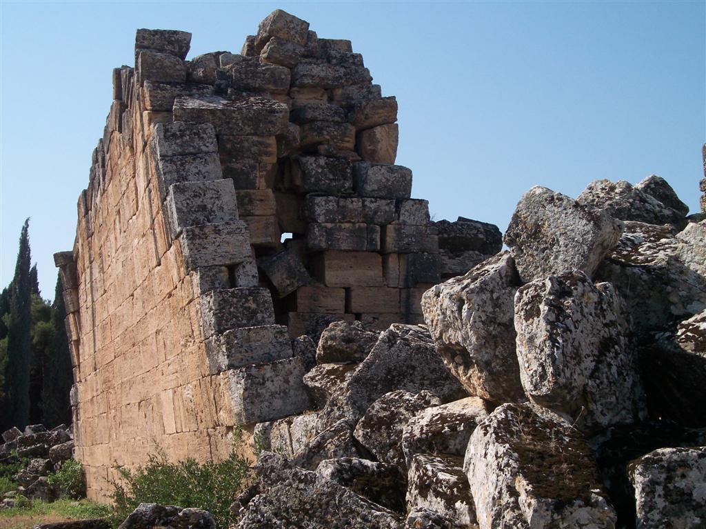 Los muros de los enormes edificios de la ciudad están a punto de caer, se dice que en el siguiente movimiento sísmico que se produzca en Turquía, ya no quedará nada de la antigua ciudad Pamukkale, el Castillo de Algodón - 2513532674 cc6aea69a0 o - Pamukkale, el Castillo de Algodón