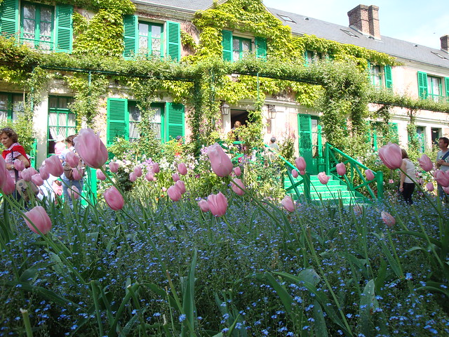 giverny france la maison du peintre impressionniste claude monet au milieu de son jardin. Black Bedroom Furniture Sets. Home Design Ideas