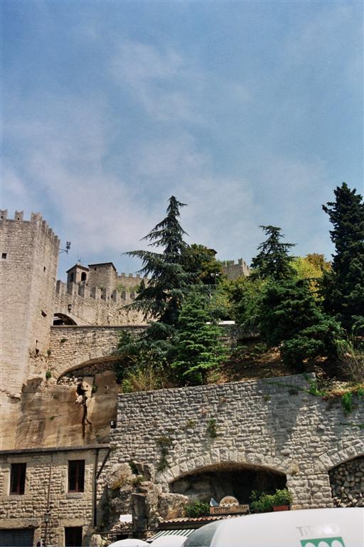 Caminar y descubrir los castillos y fortalezas del monte Titano en San Marino, es una auténtica aventura para las piernas, ... escaleras, subidas, cuestas ... eso sí, las calles repletas de restaurantes, heladerías, etc. que hacen la visita mucho más llevadera san marino - 2513579500 6a6dbc1861 o - San Marino, pinceladas de un pequeño país