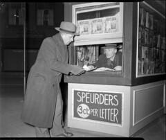 03-16-1953_10371 Kiosk op het Spui