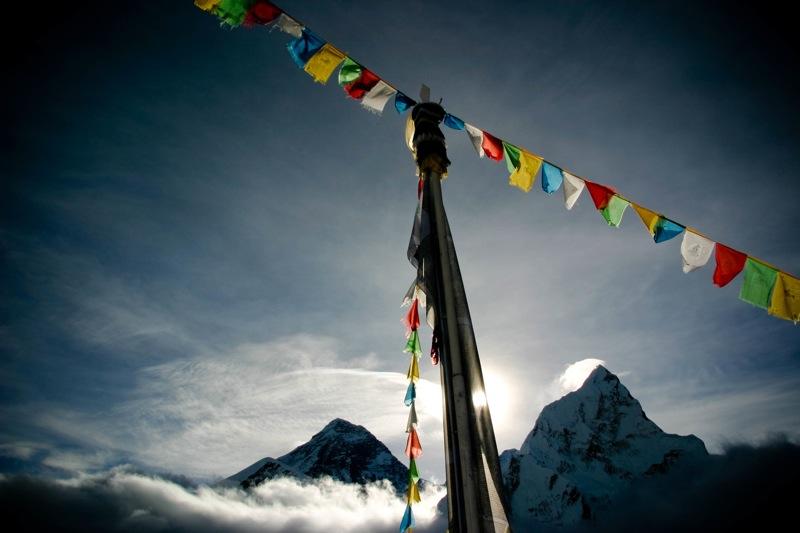 太陽に染まるエベレストと旗