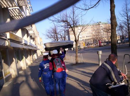 Estudiantes llevando la gorra gigante de Vappu