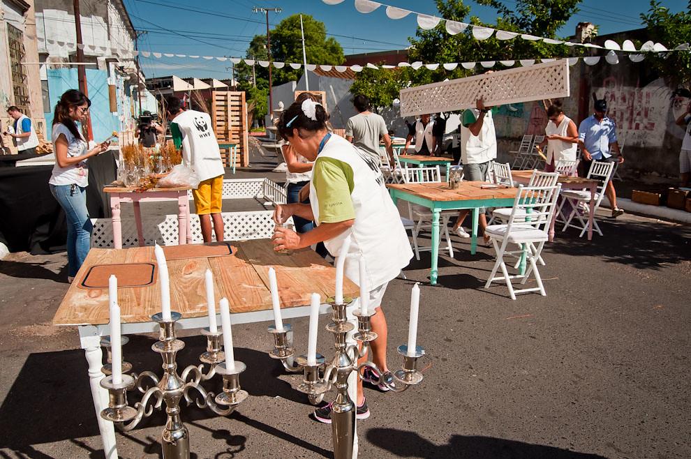 En la calurosa mañana del evento, funcionarios de la WWF de Paraguay preparan las mesas y sillas para formar un comedor y recibir a los testigos de la comida cocinada con el calor del asfalto. (Elton Núñez)