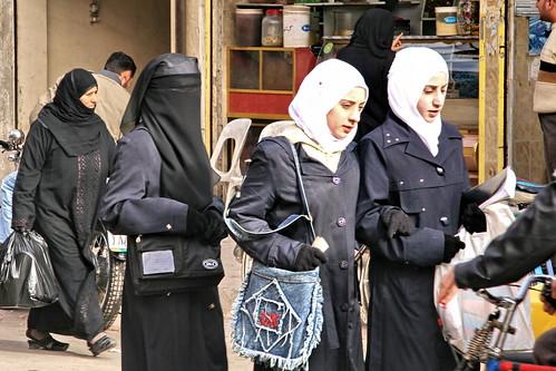world street city trip travel people urban woman shopping veil market muslim islam headscarf hijab strangers photojournalism style clothes backpack cannon modesty bazaar niqab souq kopftuch global euphrates gilrs deirezzur hejab deirezzor alfurat dayrazzaur