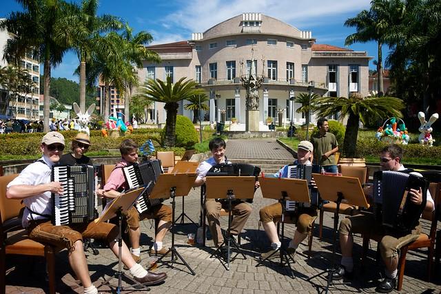 """Bavarian Five"" vor dem Teatro Carlos Gomes in Blumenau/Brasilien"