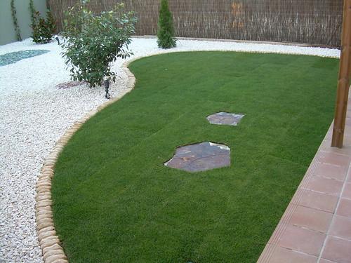 Como distribuir una terraza grande decorar tu casa es - Cesped con piedras ...