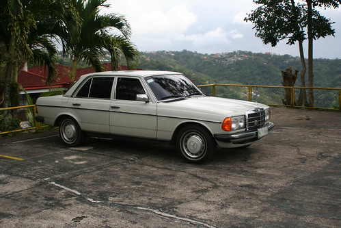 Mercedes Benz 200 W123 by kurz andreas PH