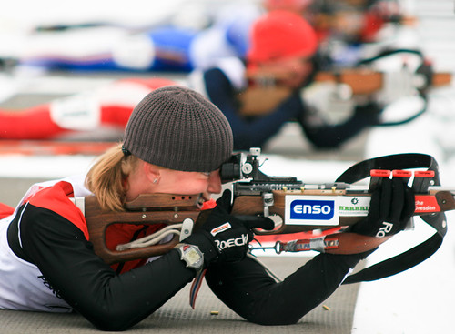 Biathlon (en inglés) o biatlón: disparo con rifle y cross country ski