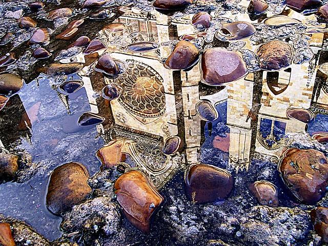 LEÓN (Spain) + 60.000 views. / Catedral. Hay dos maneras de difundir la luz: ser la lámpara que la emite, o el espejo que la refleja. (Lin Yutang)