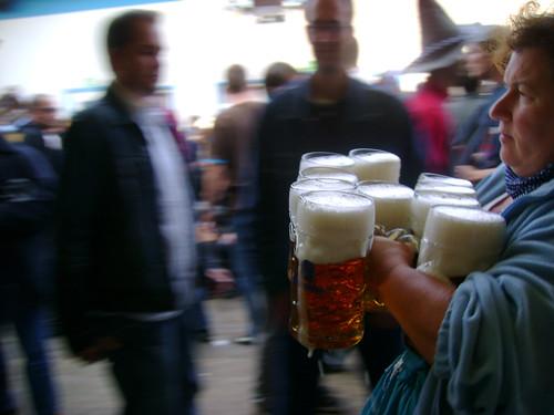 Сексуальные разносчицы пива в германии