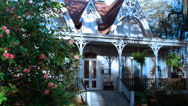 Camellias_in_front_of_St_Francisville_Inn