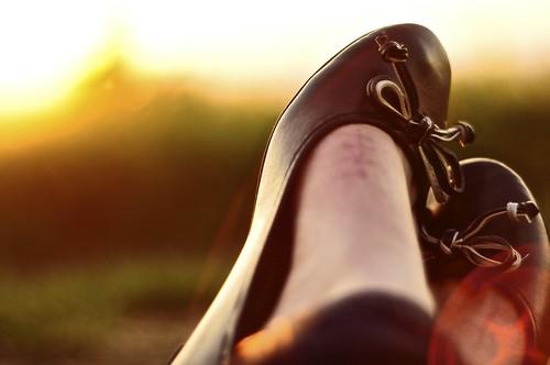 light sunset summer sun feet outside foot 50mm evening nikon women shoes eveningsun lensflare gras nikkor f18 18 scar d90 balerina nikond90 nikongraphy