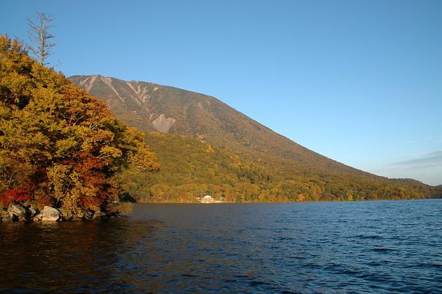 中禅寺湖畔から見る男体山