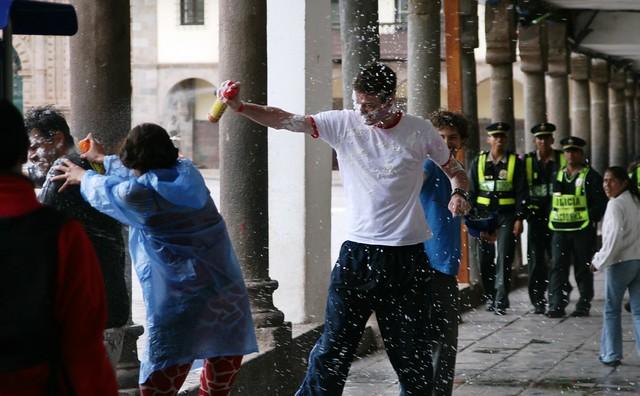 Photo:La guerra de agua del carnaval en Cusco, Perú By:Carlos Adampol