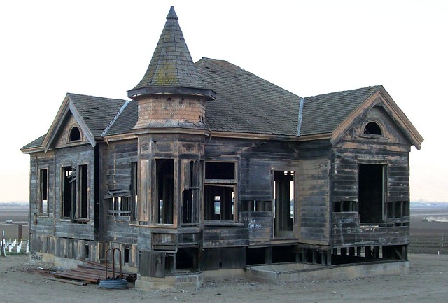 Abandoned Mansions in California http://www.flickr.com/photos/matthigh/2481772147/
