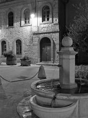 La fontaine, place de l'église à Pignans