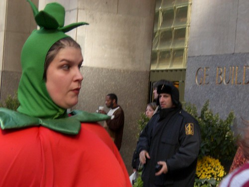That's the mean security gaurd who told sars she coudn't perform outside of 30 Rock