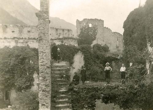 bambini a Castel Beseno, anni 30 - archivio www.fotoda.it