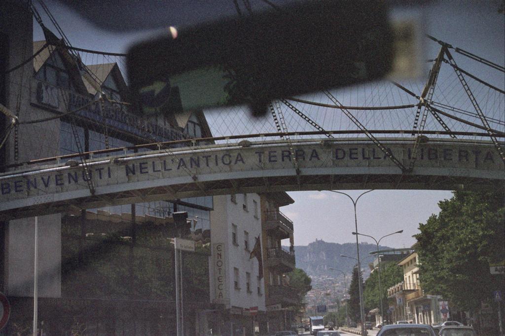 Entrada a éste pequeño país, indicado con un arco que cruza la carretera de un lado a otro san marino - 2513577308 ebfee759ac o - San Marino, pinceladas de un pequeño país