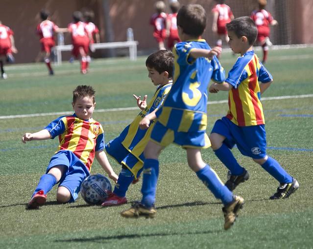 Niños jugando al futbol | Flickr - Photo Sharing!