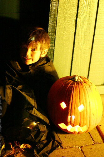 nick and the jack o lantern he made with paul & katie    MG 5571