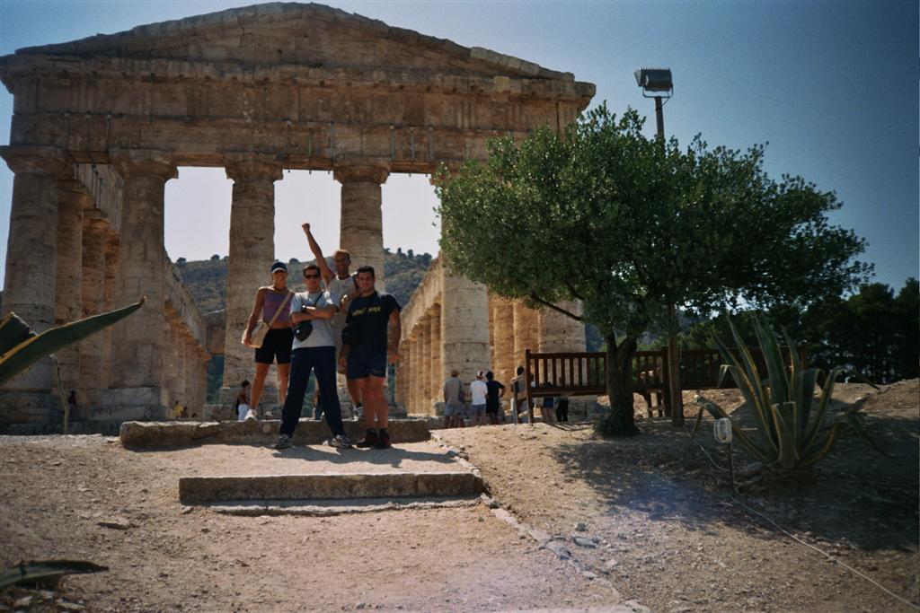 Uno se siente poderoso estando en un lugar tan imponente como éste templo de segesta - 2513601666 cc1aa80e96 o - Templo de Segesta en Sicilia, el templo de los fugitivos de Troya