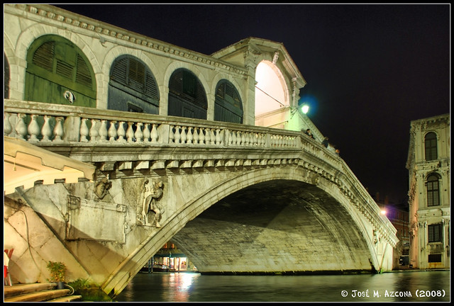 Venecia (Italia). Puente de Rialto (Vista nocturna).