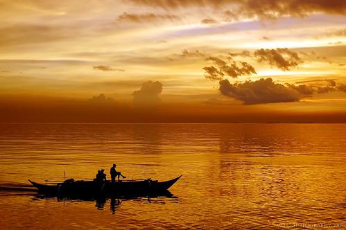 sunset silhouette boat 1855mm maggy nikond40 togodbetheglory moasunset maggybuenaventura kristianongpinoy garbongbisayainternationalphotographersclub falalalameteorgarden mallofasiasunset