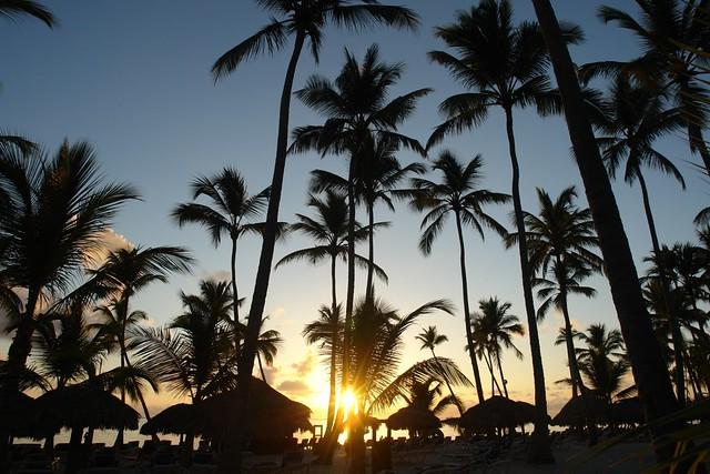 Los Amaneceres en Punta Cana son especiales, el sol nace aquí, los colores son vivos, fuertes, tonos amarillos, azules, rojos ... ver un amanecer en la playa de Punta Cana no tiene precio. Punta Cana - 2527496916 139917ffdc z - Punta Cana, paraíso terrenal donde nace el sol