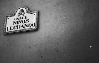 calle niños luchando de Granada
