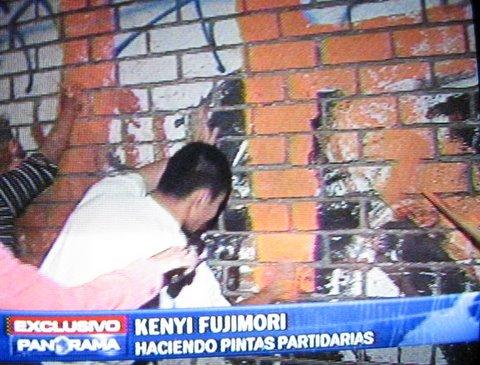 Kenji Fujimori haciendo pintas en lugares publicos
