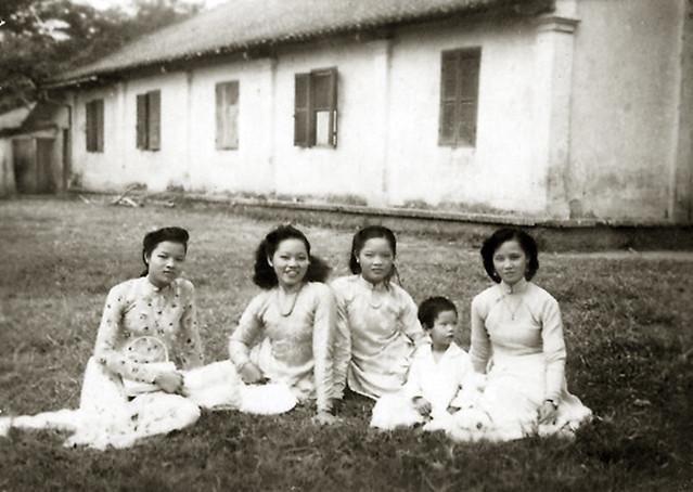 ma Ngoc va cac di ben truong Tieu Hoc Vinh Chau - Bac Lieu 1953