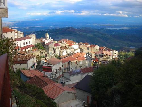D1162 Acquaformosa (Via Abbazia between V. Brego and V. Spela) view of Acquaformosa, Altomonte, lake (Invaso dell'Esaro), with Sila Range in background, 2007-10-22